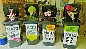 Mülltonnen mit symbolischen NATO-Figuren «NATO muss weg!...».