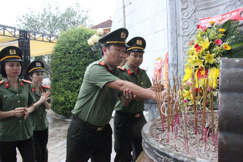 Lãnh đạo, CBCS  Báo Công an Nghệ An dâng hương tưởng nhớ các anh hùng liệt sĩ