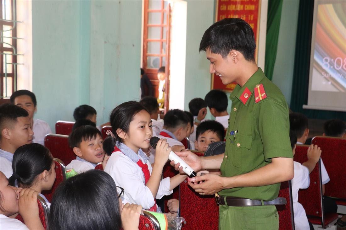 Cùng các em học sinh trao đổi các kiến thức về phòng chống tai nạn đuối nước.