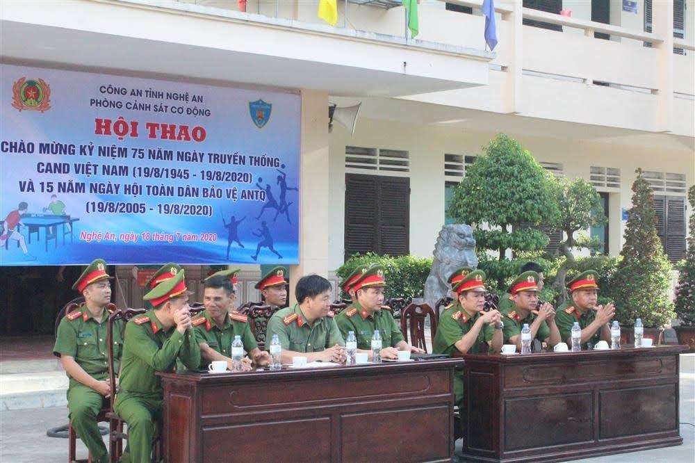 Các đại biểu tham gia tại buổi lễ khai mạc