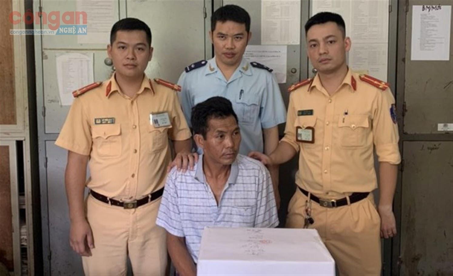 Đội CSGT Công an huyện Kỳ Sơn phối hợp với các lực lượng chức năng  bắt quả tang đối tượng Lầu Bá Xìa về hành vi vận chuyển trái phép chất ma túy
