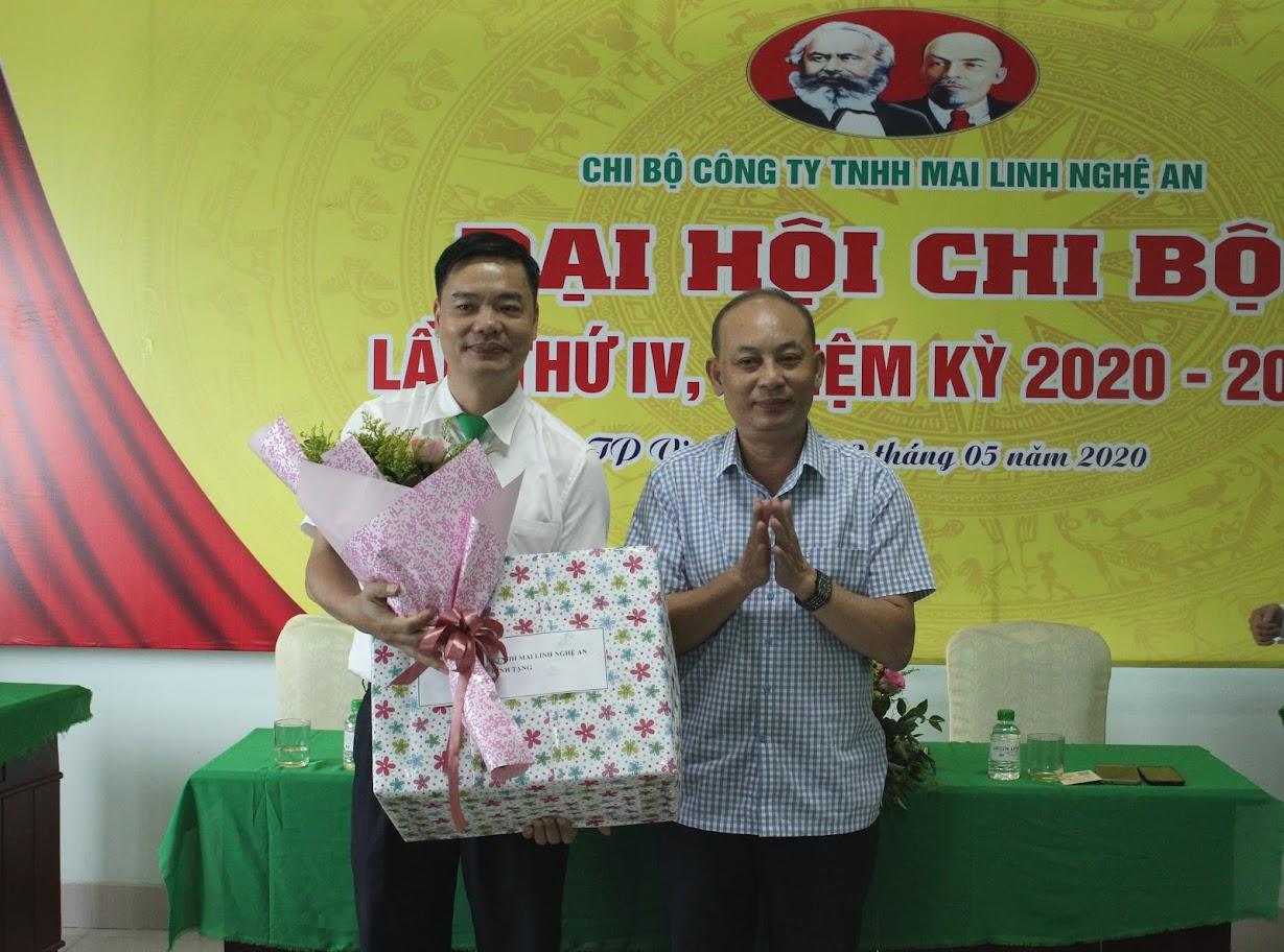 Tặng hoa cho Đồng chí Hồ Đình Việt, Bí thư Chi bộ, Giám đốc Công ty TNHH Mai Linh Nghệ An thôi chức Bí thư Chi bộ nhiệm kỳ tới.