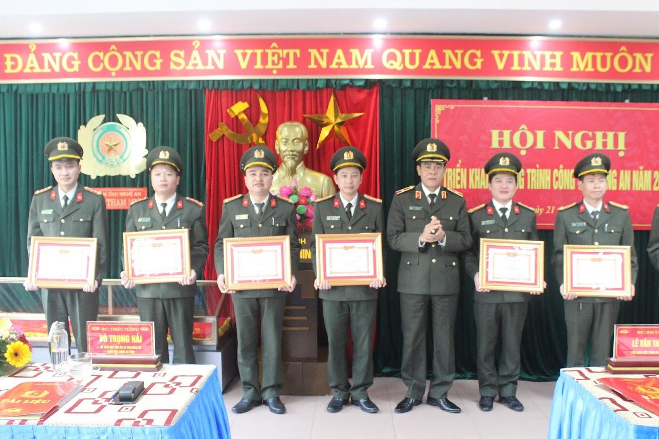 Đồng chí Thiếu tướng Võ Trọng Hải, Ủy viên BTV Tỉnh ủy, Bí thư Đảng ủy, Giám đốc Công an tỉnh trao tặng danh hiệu Chiến sỹ thi đua cơ sở cho các cá nhân
