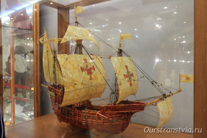 Корабль Санта Мария из янтаря в калининградском музее янтаря