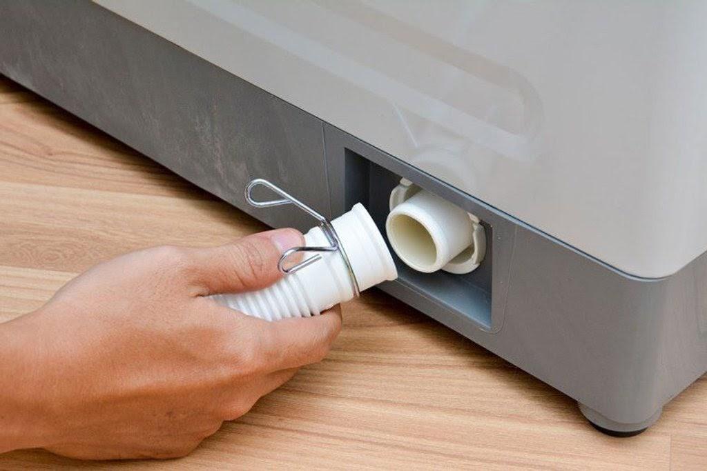 khắc phục máy sấy quần áo có mùi hôi bằng cách vệ sinh đường ống thải