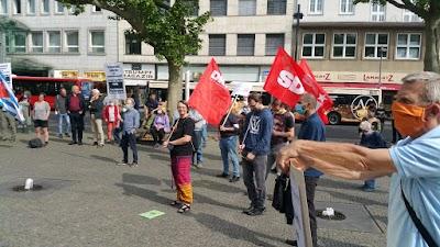 Demonstrierende mit Fahnen.