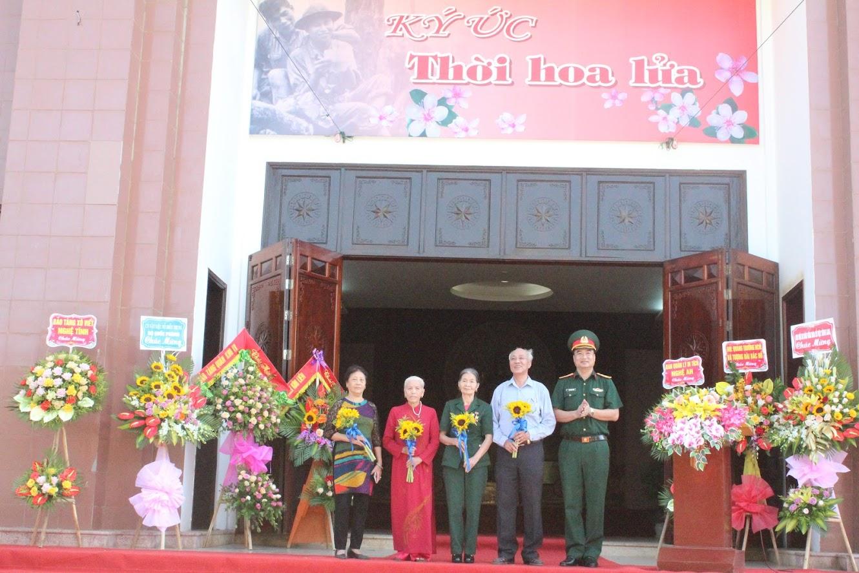 Tặng hoa cho các anh hùng LLVT, thân nhân gia đình liệt sỹ
