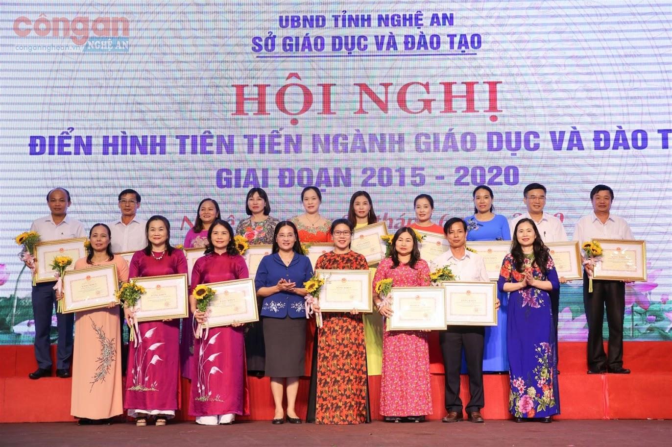 Lãnh đạo HĐND tỉnh Nghệ An trao thưởng cho các tập thể điển hình