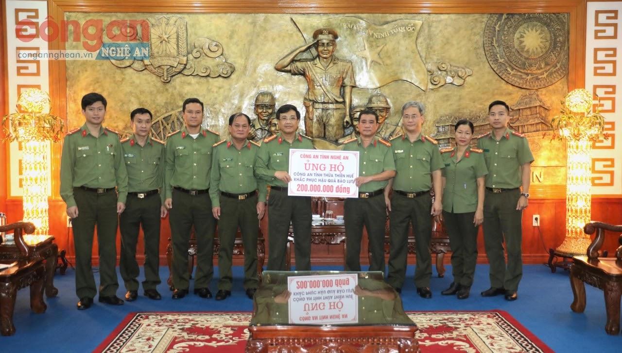 Công an tỉnh Nghệ An ủng hộ Công an tỉnh Thừa Thiên - Huế 200 triệu đồng để khắc phục hậu quả trong đợt lũ lụt lịch sử vừa qua - Ảnh: Minh Tâm