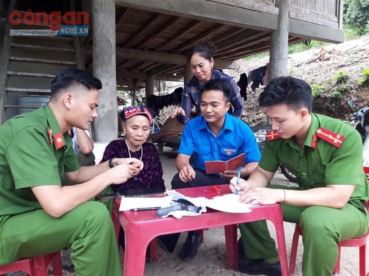 Cán bộ Công an huyện Con Cuông đến tận nhà  làm thủ tục cấp phát CMND cho người dân