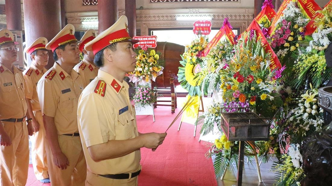 Tại Khu di tích lịch sử Truông Bồn, Lãnh đạo, chiến sỹ phòng CSGT đã dâng hoa, dâng hương tại nhà tưởng niệm và phần mộ 13 anh hùng liệt sĩ TNXP Đại đội 317, bày tỏ lòng thành kính, biết ơn sâu sắc.