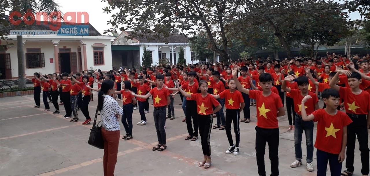 Nhảy dân vũ ở Trường THCS Tân Dân, huyện Nam Đàn