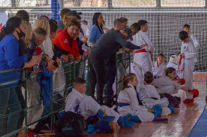 Group of people fighting karate Группа людей занимается карате
