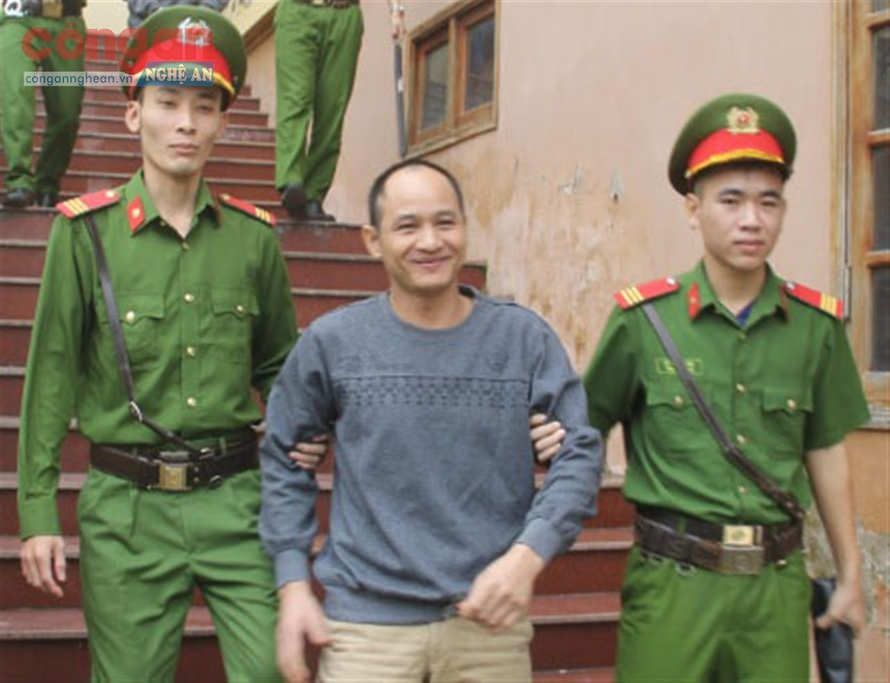 Lô Văn Chuyên được Công an dẫn giải ra xe về trại tạm giam