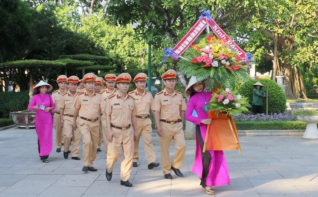 Đoàn đại biểu Phòng CSGT Công an Nghệ An dâng hoa tại khu di tích quốc gia đặc biệt Kim Liên.