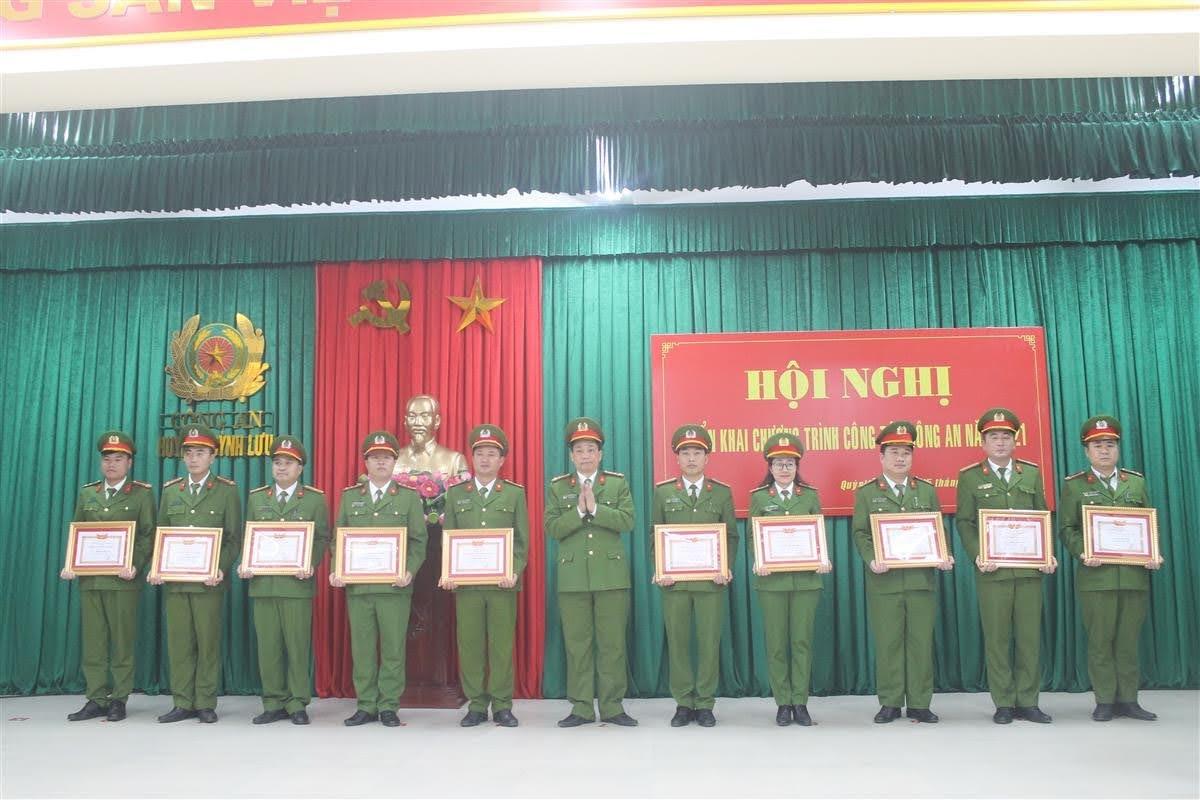 Đại tá Nguyễn Mạnh Hùng, Phó Giám đốc Công an tỉnh trao danh hiệu Chiến sỹ thi đua cơ sở cho các cá nhân