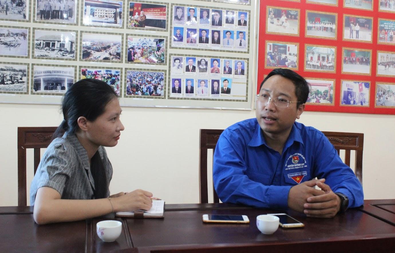 Phóng viên trao đổi với ông Nguyễn Đình Lượng, Bí thư đoàn thị trấn Cầu Giát, huyện Quỳnh Lưu - Là tấm gương điển hình, được Tỉnh ủy tặng Bằng khen trong việc thực hiện Chỉ thị 05