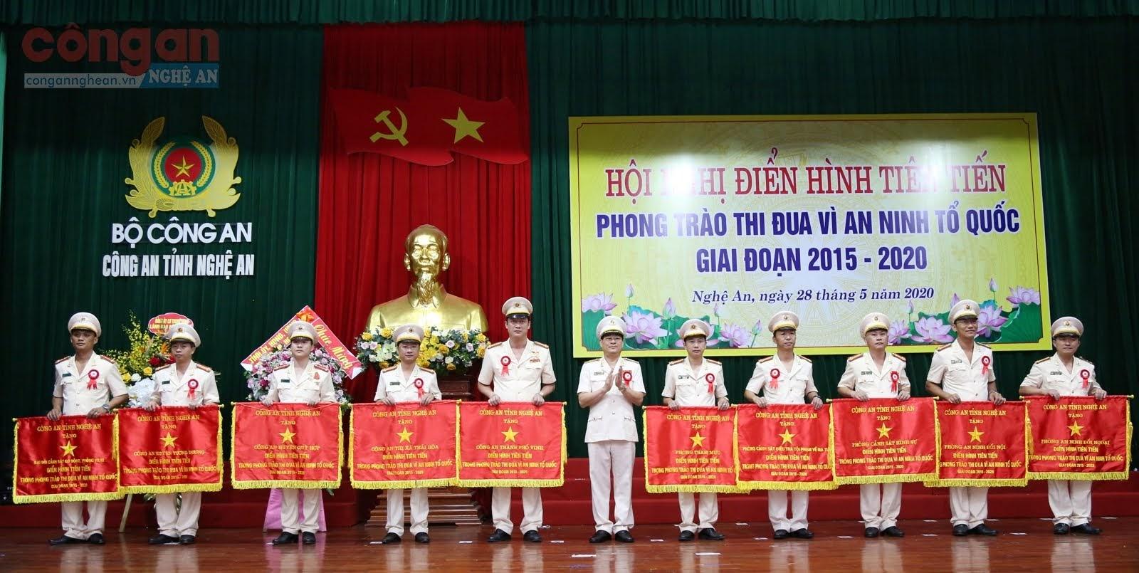 Đồng chí Thiếu tướng Nguyễn Hữu Cầu, Ủy viên BTV Tỉnh ủy, Giám đốc Công an tỉnh tặng Cờ cho 10 tập thể điển hình tiên tiến