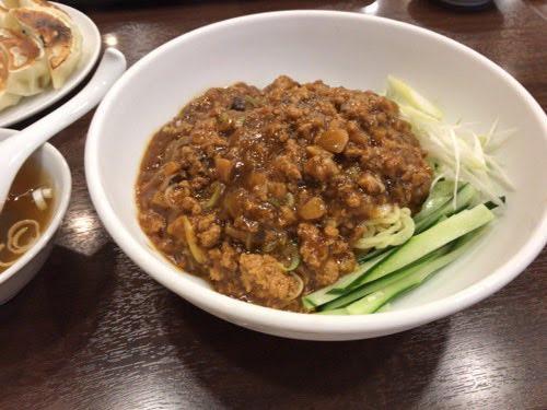 川崎の「中華 成喜」でザージャーメンと餃子を食べた。