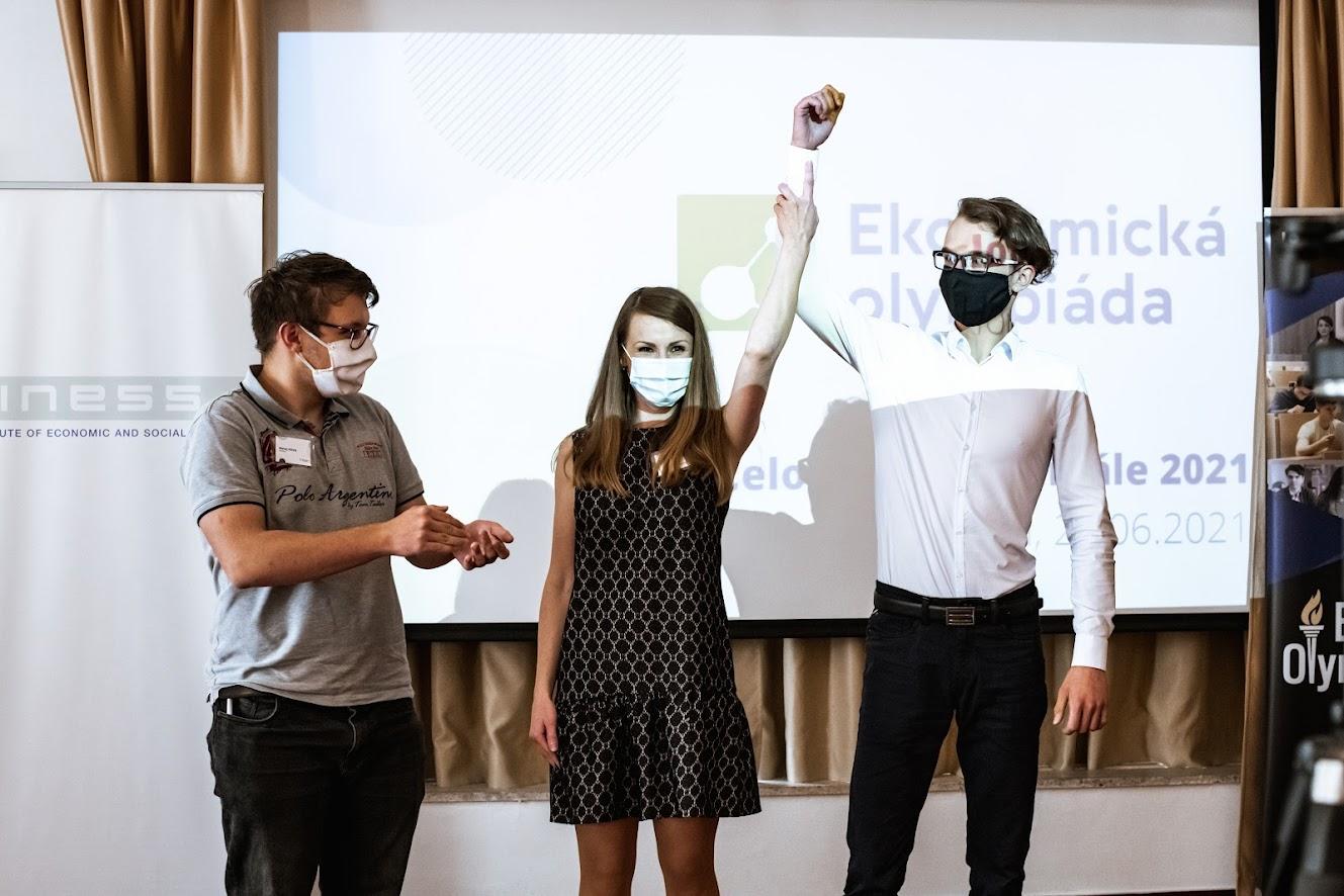 Daniel Baňár (vpravo) sa stal víťazom celoslovenského ako aj medzinárodného kola Ekonomickej olympiády 2020/2021. Vľavo Matej Sova, ktorý obsadil druhé miesto v celoslovenskom finále a tiež reprezentoval Slovensko v medzinárodnom porovnaní. V strede Monika Budzák z INESS, riaditeľka Ekonomickej olympiády na Slovensku.