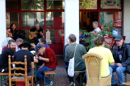 Besucher des Sommer-/Pressefest der Rude Pooz, Pacco ALT_LINK_TEXT_FOTO Madeleine spielen auf.