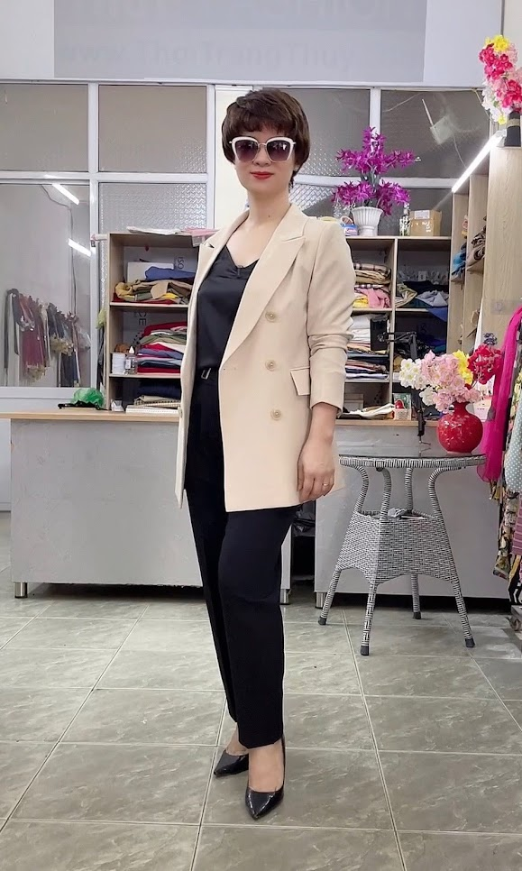 áo vest nữ dáng dài màu be mặc đẹp thời trang thủy quảng ninh
