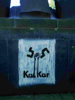 Das Hitlerzitat auf der Rückseite überdeckt nun ein antifaschistisches Graffito, eine Grafik, die Porwol aus dem Ortsnamen «Kalkar» entwickelte.