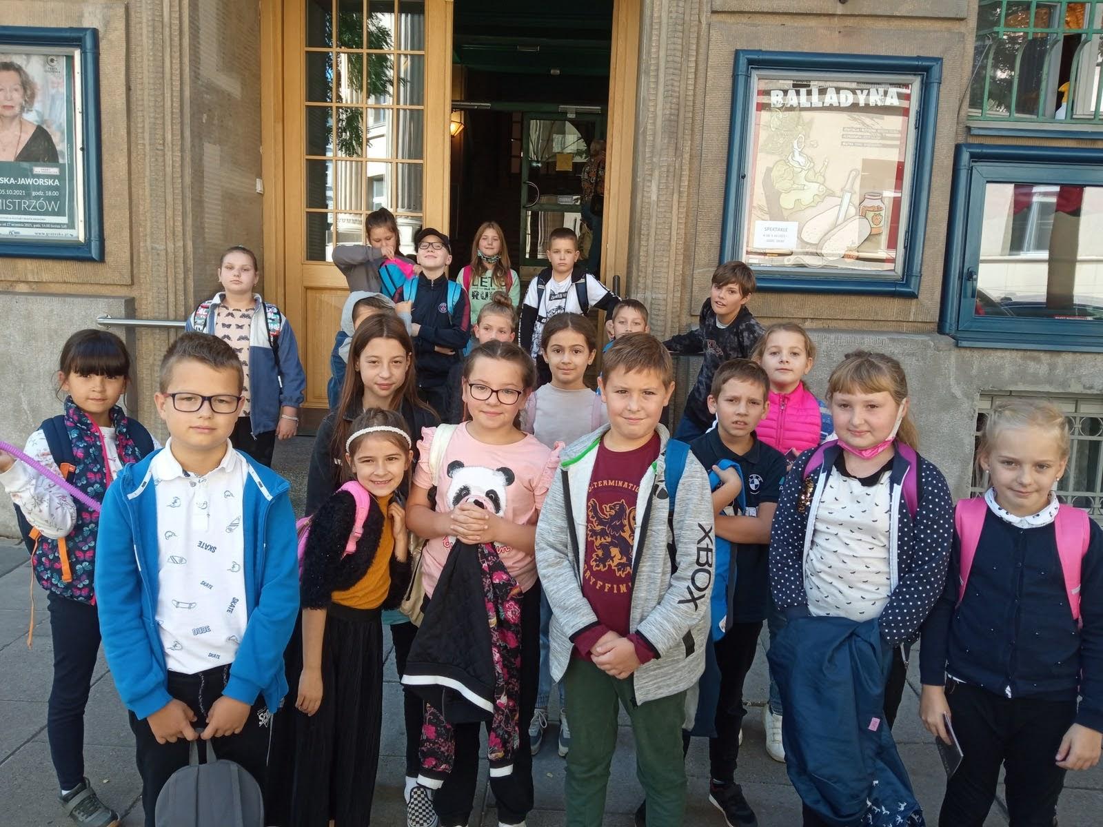 Uczniowie przed Teatrem Groteska