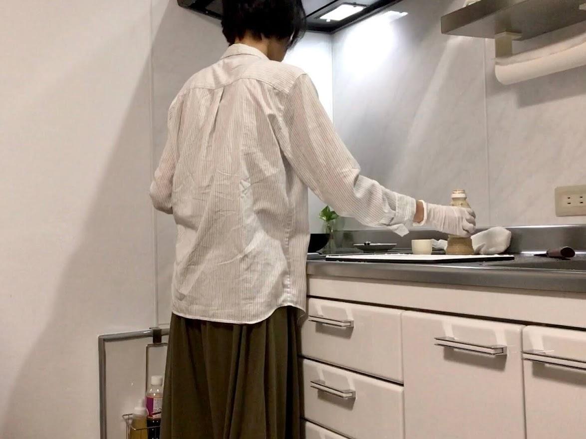 キッチンで晩ごはんを作っている