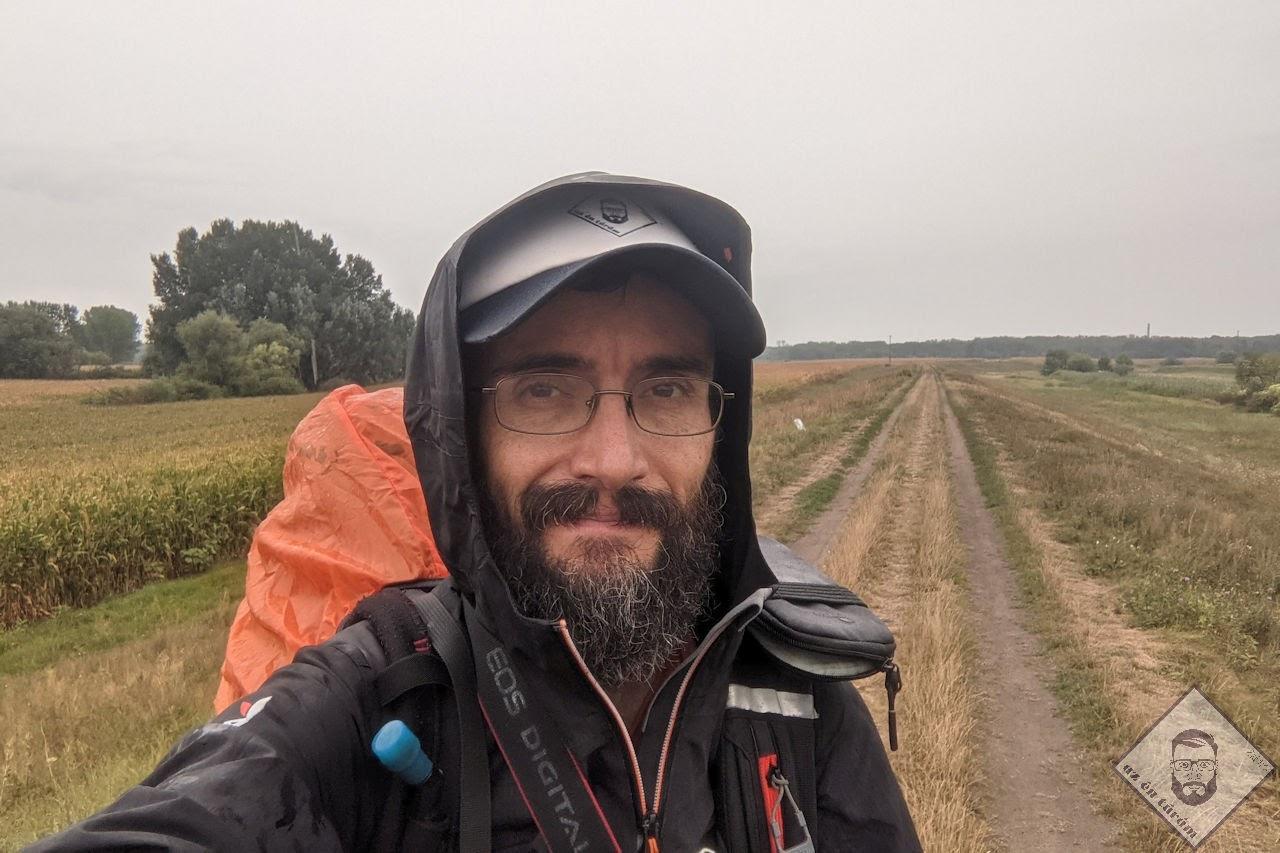 KÉP / Vidáman az Ér folyó töltésén, esőben