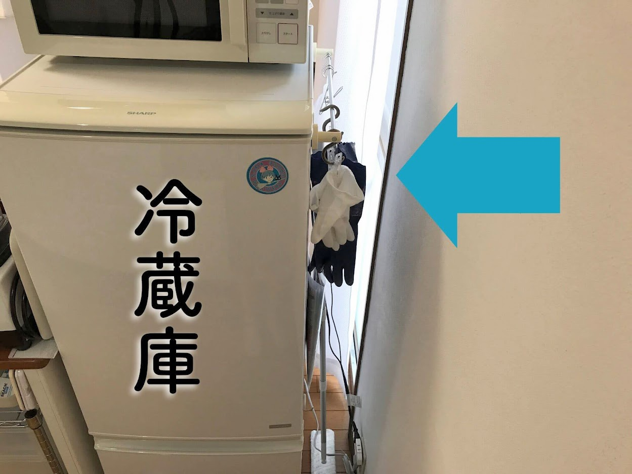 冷蔵庫の横に、炊事手袋を吊り上げ収納