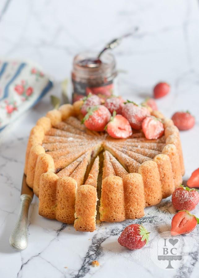 Cake relleno de mermelada de fresa