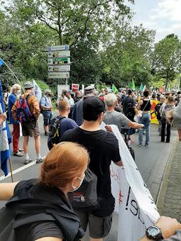 Demonstrierende mit Fahnen und Transparent.