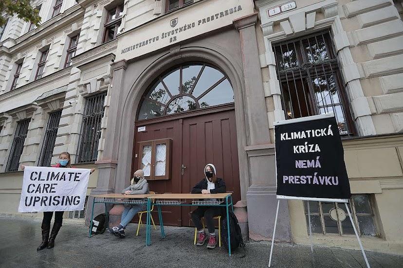 Študentky protestujú pred Ministerstvom životného prostredia SR , © Jozef Forró