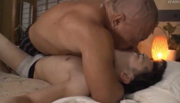 ガチムチスキンヘッド親父が娘の連れてきた彼氏の寝込みをディープキスで襲う