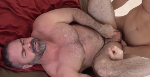 熊系ガチムチ親父が息子とのアナルセックスでチンポを挿入されて興奮する