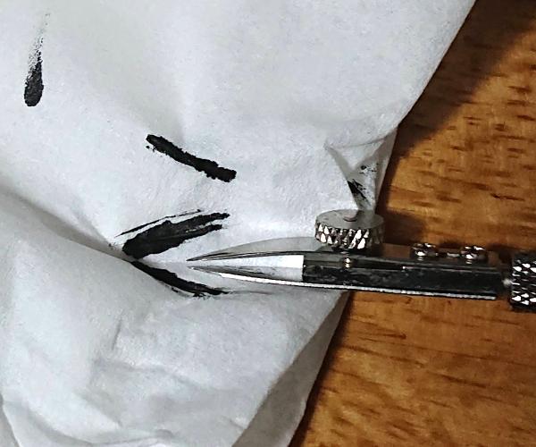 烏口のインクを拭き取る