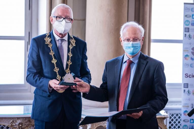 Profesor Antoine Marès preberá ocenenie z rúk predsedu SAV profesora Pavla Šajgalíka. Foto: Martin Bystriansky.