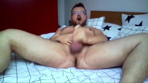 髭メガネ野郎がチンポを扱いて声をあげながらお腹の上に射精する