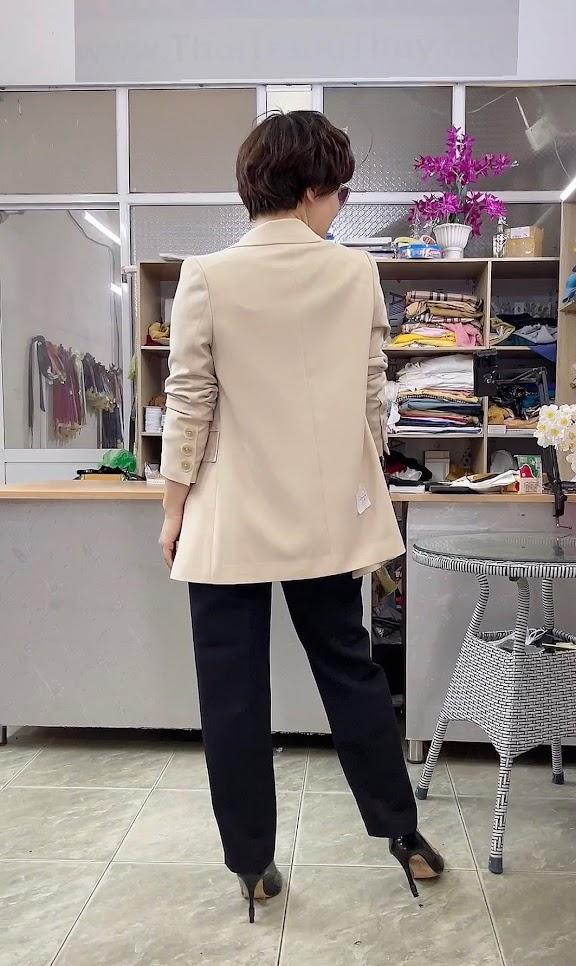 áo vest nữ dáng dài màu be mặc đẹp thời trang thủy đà nẵng