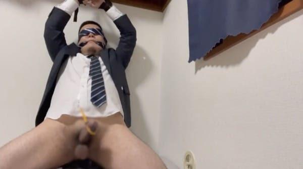 目隠し拘束されたガチムチぽっちゃりリーマンがアナルのディルドとチンコのバイブの刺激で射精する