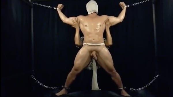 布を被せられ手足を拘束されたガチムチマッチョ野郎がチンポや体を責められる