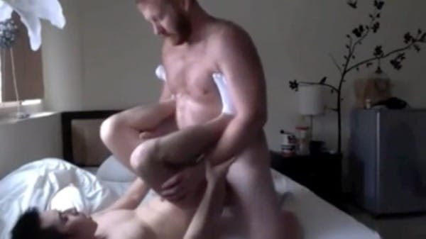 ぽっちゃり熊系白人がアジア人青年を激しく堀るセックスをする