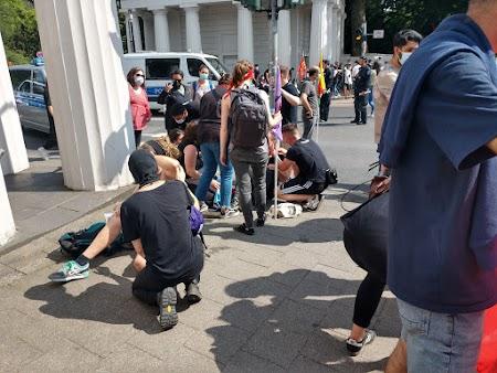 Versorgung von Tränengas-Verletzten.