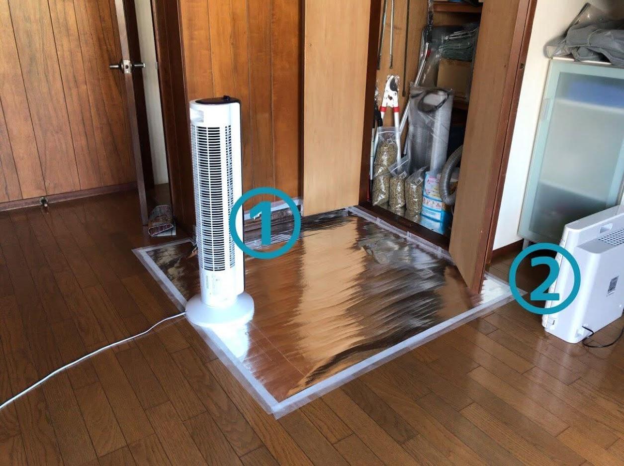 玄関物置の前に置かれた、扇風機と空気清浄機