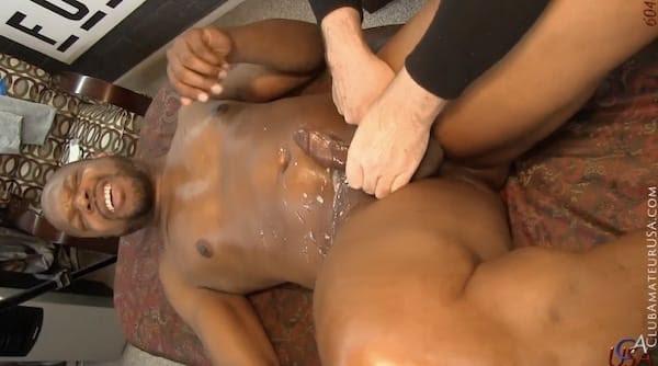 メスイキさせられたぽっちゃり黒人が手コキされて大量の精子をお腹の上にぶちまける