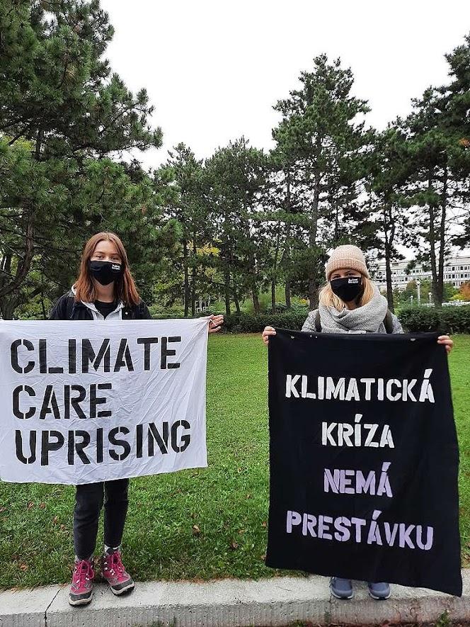 Karolína (vľavo) a Katarína (vpravo) počas protestu pred úradom vlády