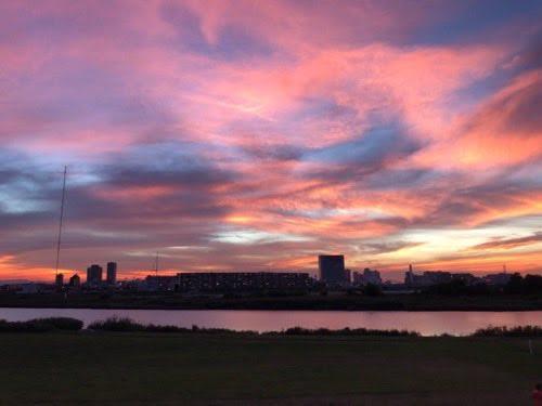生まれて初めて遭遇した多摩川の夕焼け空。