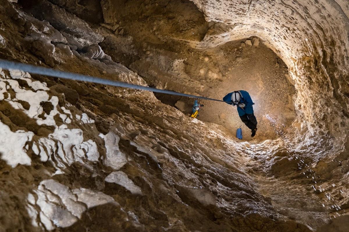 Dans le gouffre du Béhia, flash en contre jour à la base du puits.