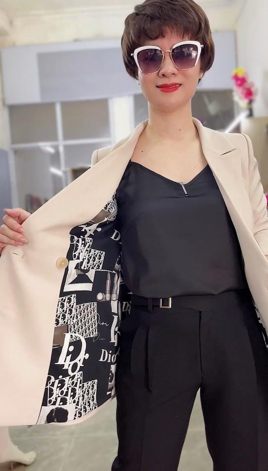 áo vest nữ dáng dài màu be mặc đẹp thời trang thủy hà nội